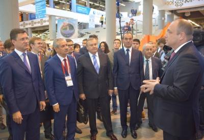 """Генеральный директор АО """"БЭСК"""" Дмитрий Шароватов (справа) рассказывает руководителям энергетической отрасли стран СНГ об инновациях компании."""