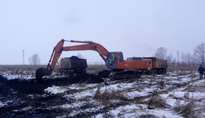 Идут земляные работы на строительной площадке будущей подстанции.