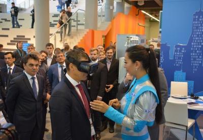 Заместитель Премьер-министра Правительства Башкортостана Дмитрий Шаронов, надев специальные трехмерные очки, совершает виртуальную экскурсию по Центру управления сетями.