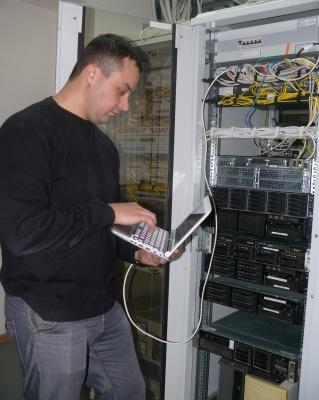 Ведущий инженер отдела сетевого администрирования ПО «ИТиС» ООО «Башкирэнерго» Григорий Трунов проводит настройку MPLS коммутатора