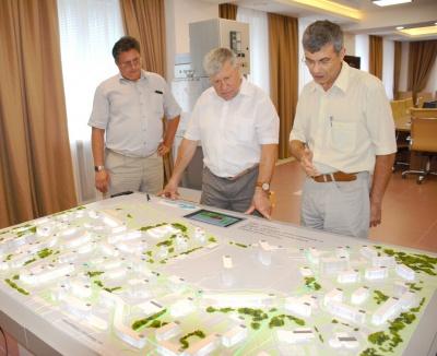Исполнительный вице-президент – генеральный директор МАГ Владимир Селиванов (в центре) знакомится с принципом работы Smart Grid.